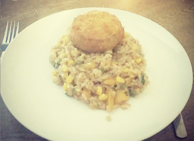 An onion, yellow pepper, pea, sweetcorn and garlic risotto with a breadcrumb cheese bake on top.